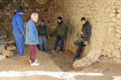 Base creusée dans le rocher